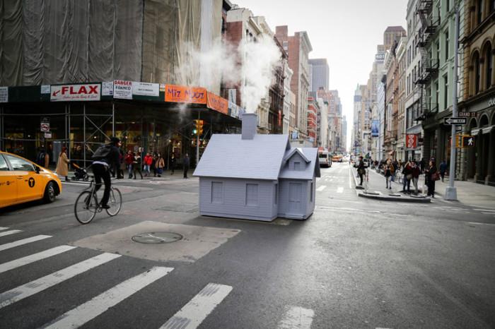 Маленький дом посередине улиц Нью Йорка