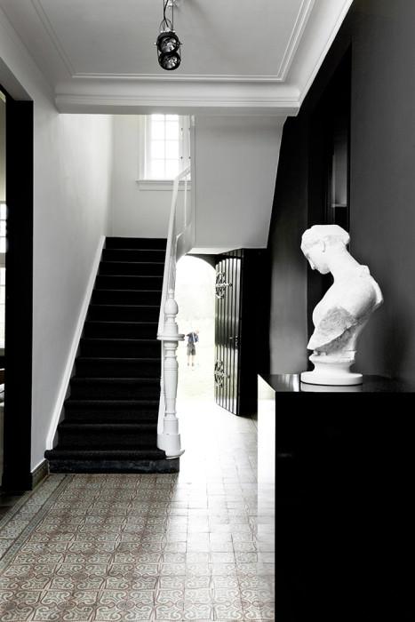 Бельгийский дом с чёрно белым интерьером