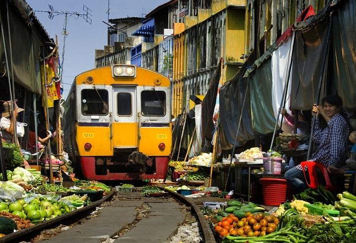 Рынок Maeklong у железнодорожного полотна в Таиланде