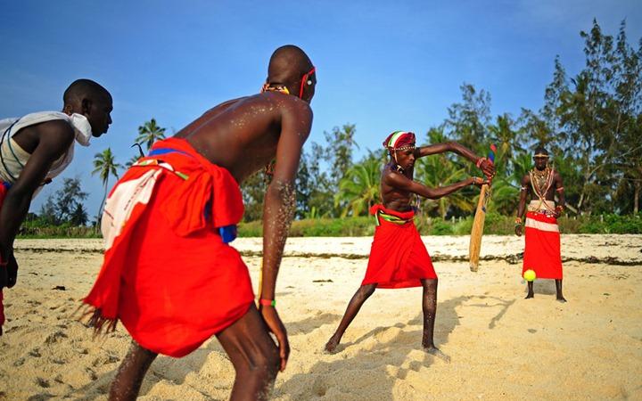 Воины племени масаи изучаю крикет