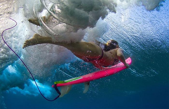Красивые фотографии женщин серферов, как они погружаются под океанские волны