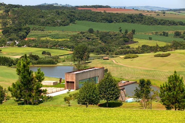 Райский дом посреди поля в Бразилии