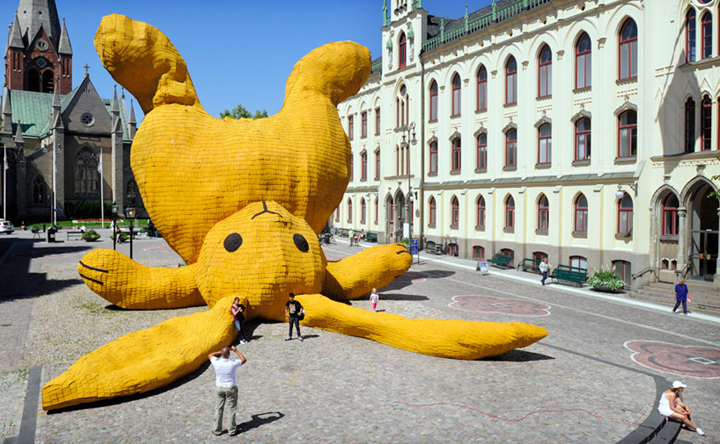Огромный желтый заяц от Флорентина Хофмана