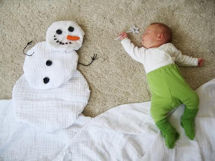 Молодая мама Adele Enersen смотрит на спящего ребенка, дев…