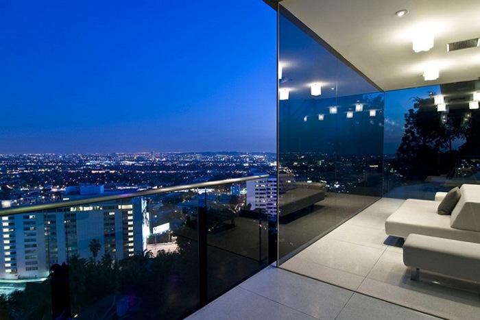 На поразительных Голливудских холмах холостяцкое жилище с комнатой для автомобиля