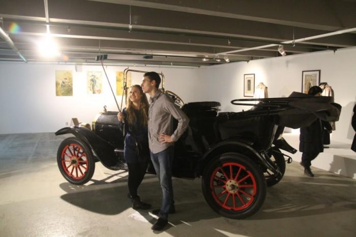 Музей Москвы открыл новую выставку Платья и автомобили