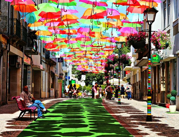 Разноцветные зонтики на улицах Португалии