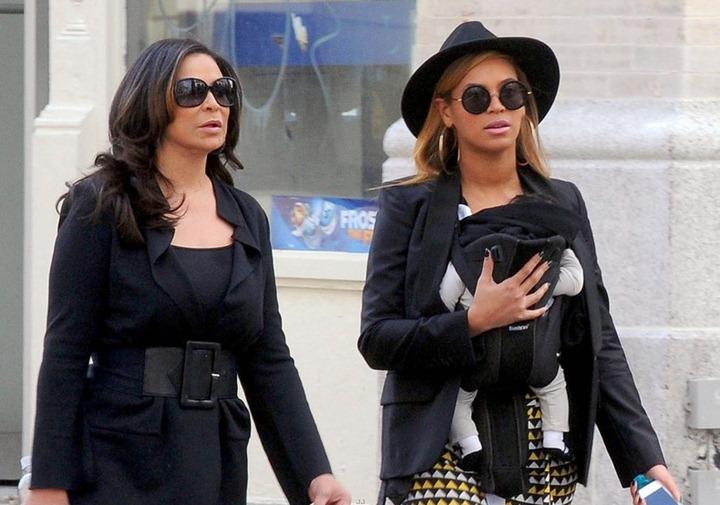 Бейонсе на прогулке в Нью Йорке со своей дочкой и мамой