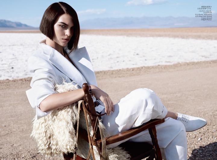 Пляжная фотосессия Аризоны Мьюз для Vogue