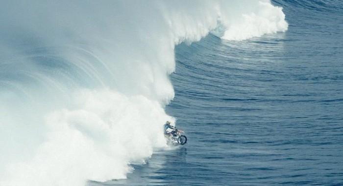 На мотоцикле по воде (видео)