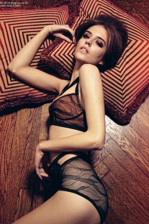 Клара Алонсо в кружевном белье для Elle Vietnam