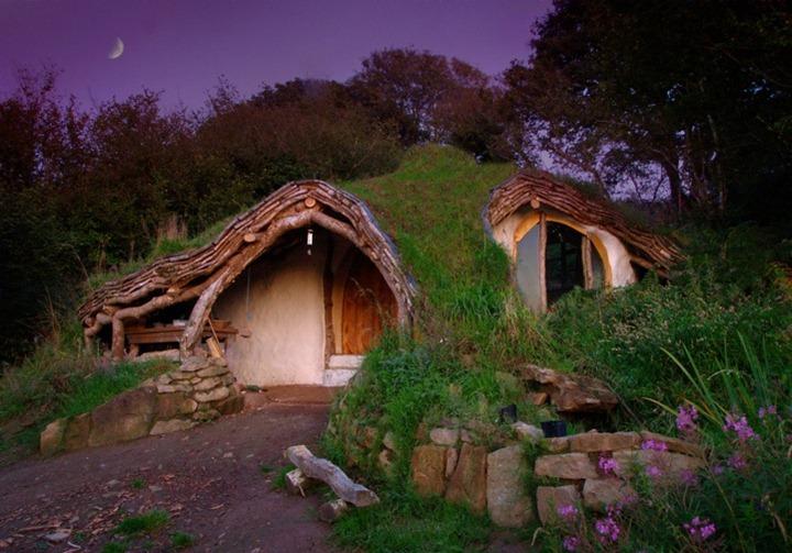 Мужчина построил домик как у хоббитов для своей семьи
