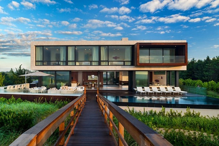 Внушительный дом возле океана с роскошными видами в Нью Йорке