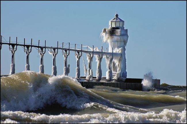 Знаменитый замерзший пирс и маяк на озере Мичиган