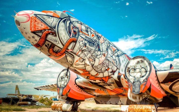 Уличные художники расписали граффити списанные военные самолеты